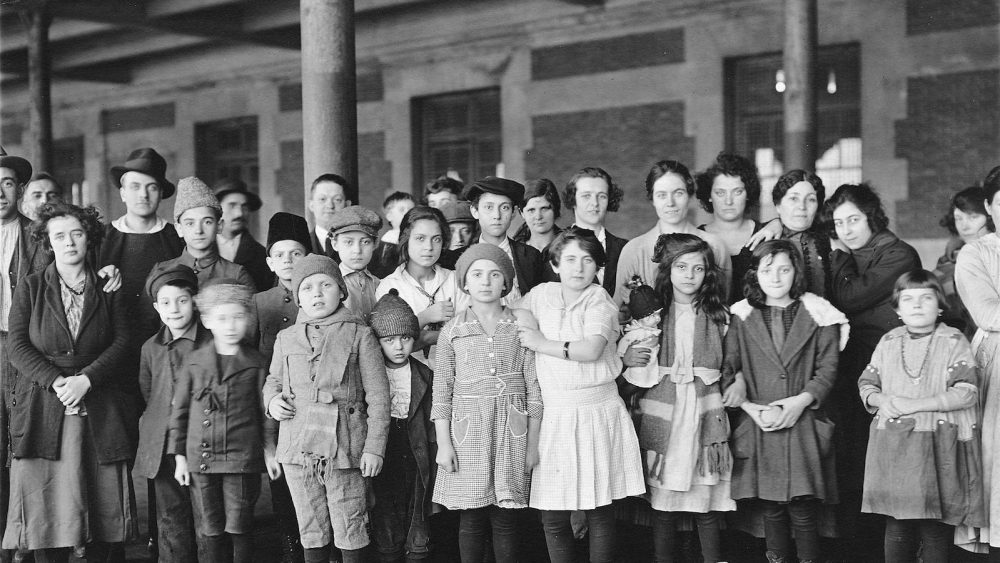 2048px-Immigrant-children-ellis-island